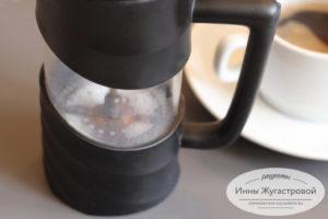 Кофені шығыс капучино кубогына құйыңыз