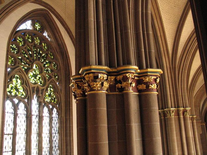 Das Maßwerk der Fenster und die Säulen prägen das Aussehen des gotischen Mindener Domes. Foto: DVM/Hans-Jürgen Amtage