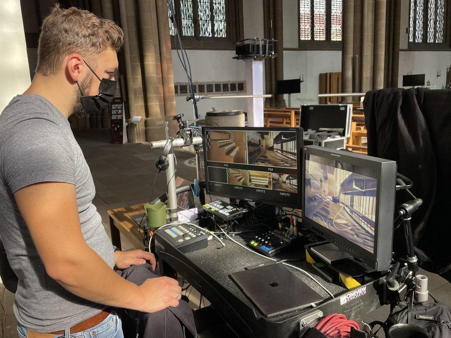 Moritz Beck von der Mindener Filmproduktion Cineview trifft die letzten Vorbereitungen für die Übertragung des Orgelkonzerts im Dom. Foto: DVM