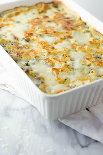 This baked cheesy chicken penne pasta adds a twist to comfort food dishes! It is loaded with chicken, spinach and a delicious creamy cheese sauce.I www.domesticdee.com