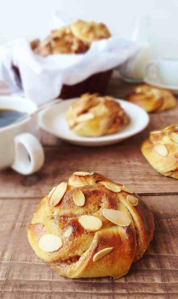 Cardamon almond cinnamon buns - Domestic Gothess