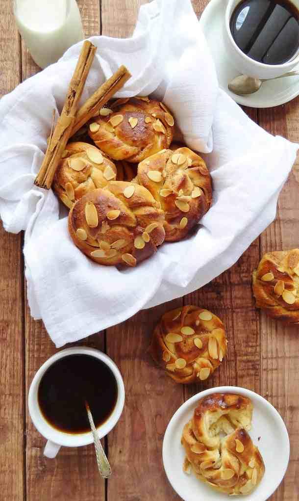Cardamon and almond cinnamon buns - Domestic Gothess