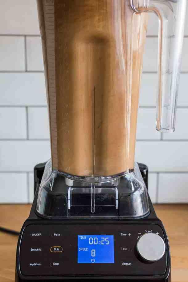 Froothie Optimum Vac2 vacuum blender in motion