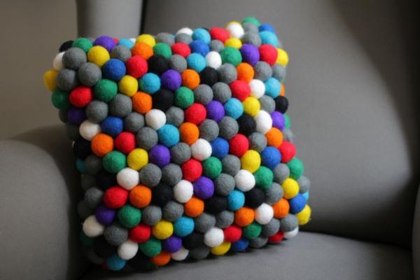 poduszka z filcowych kulek feltstories 1