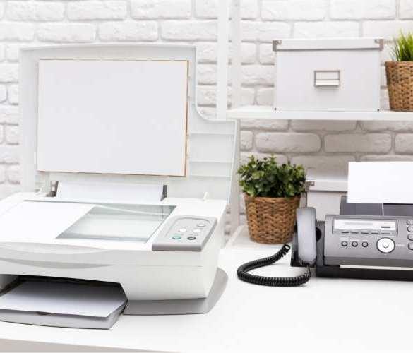 drukarka, faks, telefon, biurko, ściana z białą cegłą