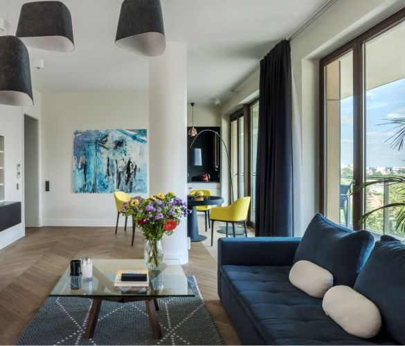 salon, niebieska sofa, sztuka na ścianie