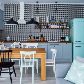 kuchnia, czarno biała mozaika, turkusowa lodówka, grafitowe meble kuchenne