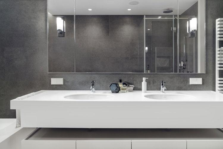 umywalka w łazience, ściana wykończona ciemno szarymi kaflami z kamienia