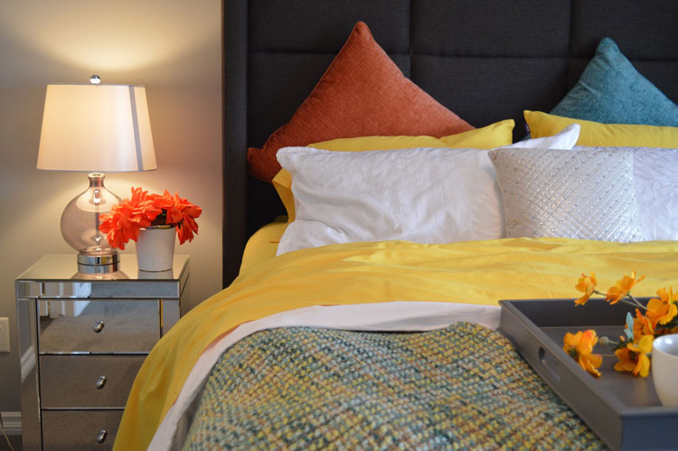sypialnia, łóżko, lampka nocna