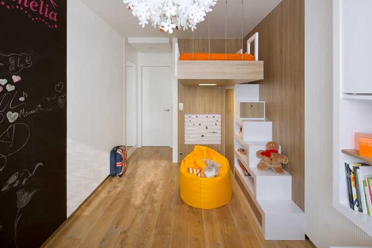 pokój dla dziecka z łóżkiem na anrtesoli, żółty duży puf dla dziecka
