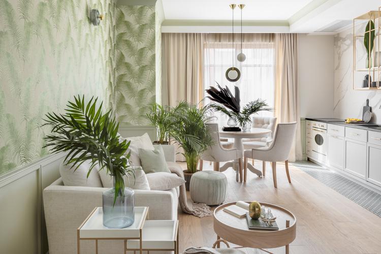 salon z tapetą w motywy roślinne