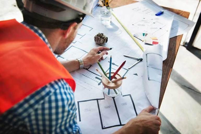 kierownik budowy przegląda plany