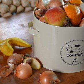 Ceramiczna donica ogrodowa wystawiona na tarasie