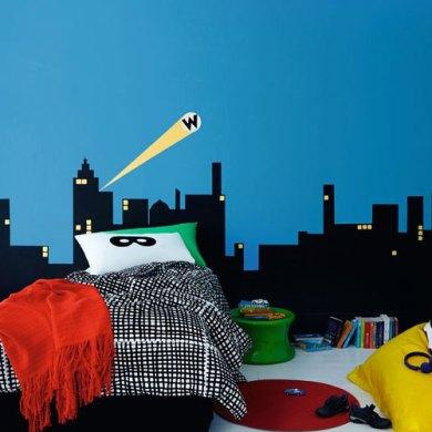 pokój dla chłopca z grafiką na ścianie przedstawiającą miasto