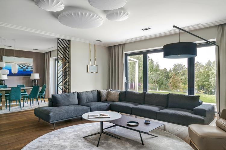 duża sofa w salonie