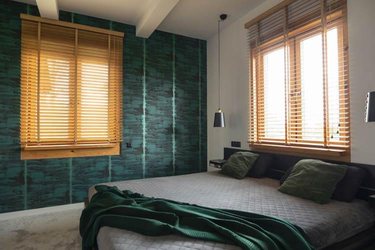 sypialnia z zieloną tapetą