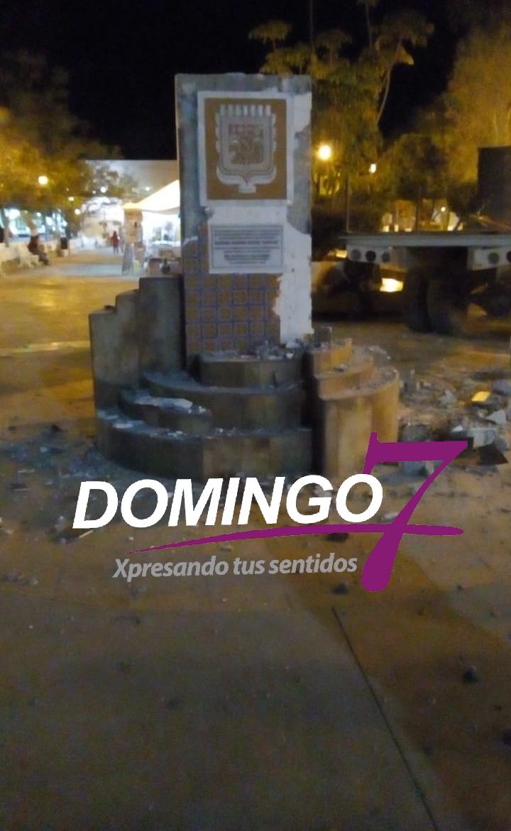 NACHO SALVADOR DERRIBA MONUMENTO DEL ESCUDO DE ARMAS DE AJALPAN