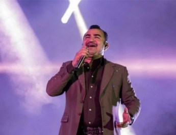 PIERDE LA VOZ EL VOCALISTA DE CONJUNTO PRIMAVERA DURANTE CONCIERTO; ROMPE EN LLANTO