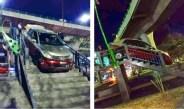 HOMBRE CRUZA PUENTE PEATONAL CON SU AUTO Y QUEDA ATORADO