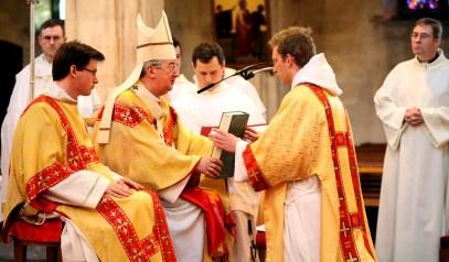 The handing over of the Gospel book to Bro Luuk OP