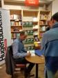 """Signieren, bis der Arzt kommt: Das Interesse an einem handsignierten Exemplar von """"Stallgeruch"""" war groß."""