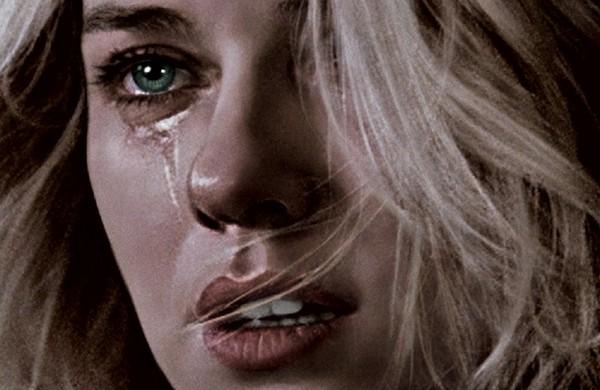 У плачущей девушки льются слёзы из глаз