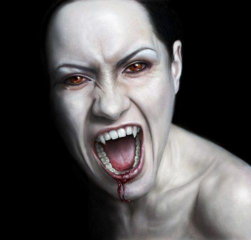 Девушка вампир показывает свои острые зубы и клыки