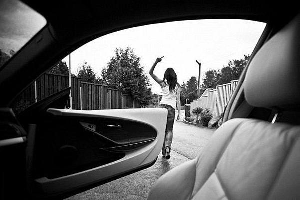 Девушка стоит спиной и показывает факью пальцем