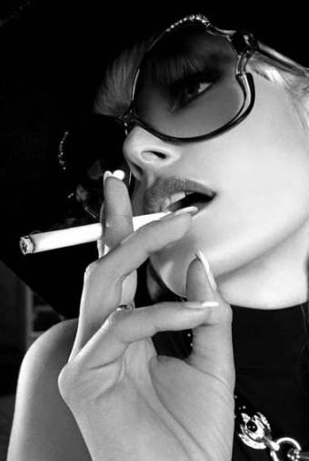 Девушка с сигаретой на аву для одноклассников