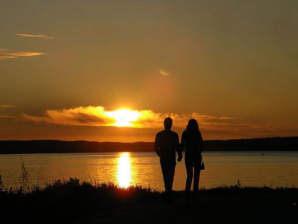 Фото влюбленных на закате, пара у озера вечером
