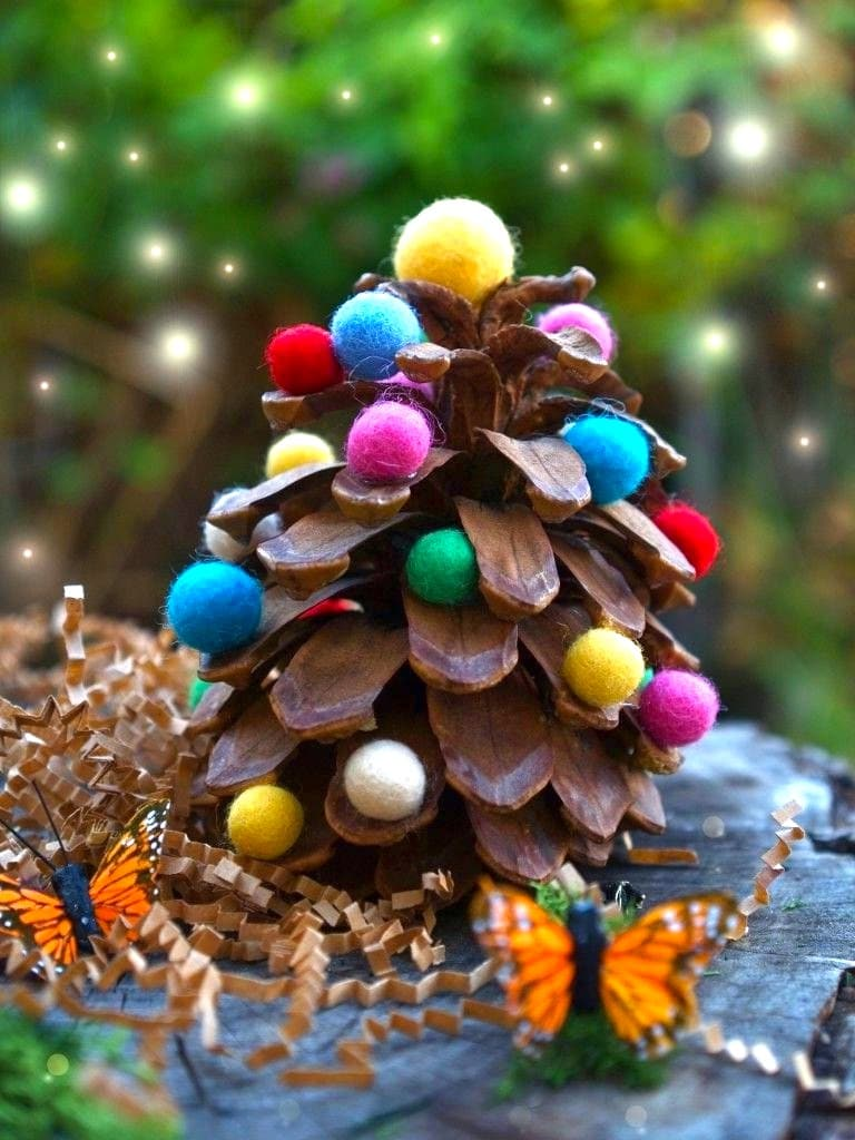 To make the forest cone sparkle with bright colors, use multi-colored felt balls as a decor