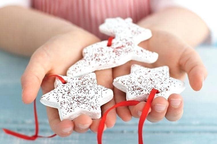 Изготовление новогодней гирлянды своими руками - процесс относительно простой, справиться с которым сможет даже маленький ребенок