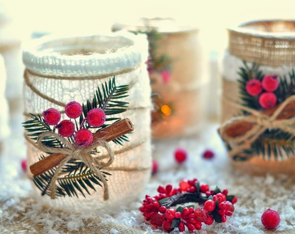 As a final decoration for decorating cans, you can use a sprig of scarlet rowan with imitation of frost on berries