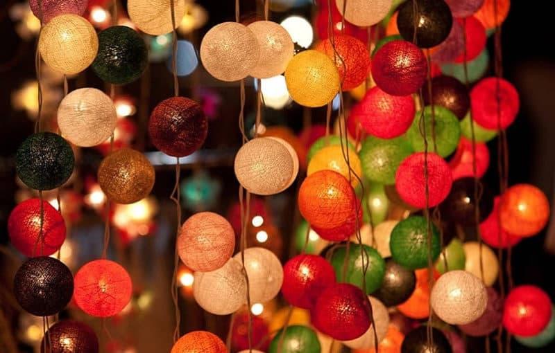 Жаңа жылдық декорлы нұсқалар көп, олардың бірі - бір-бірінен тұратын доптары бар үй безендірілуі