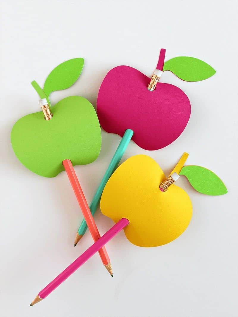 To decorate a simple pencil, it is enough to do some paper craft on it