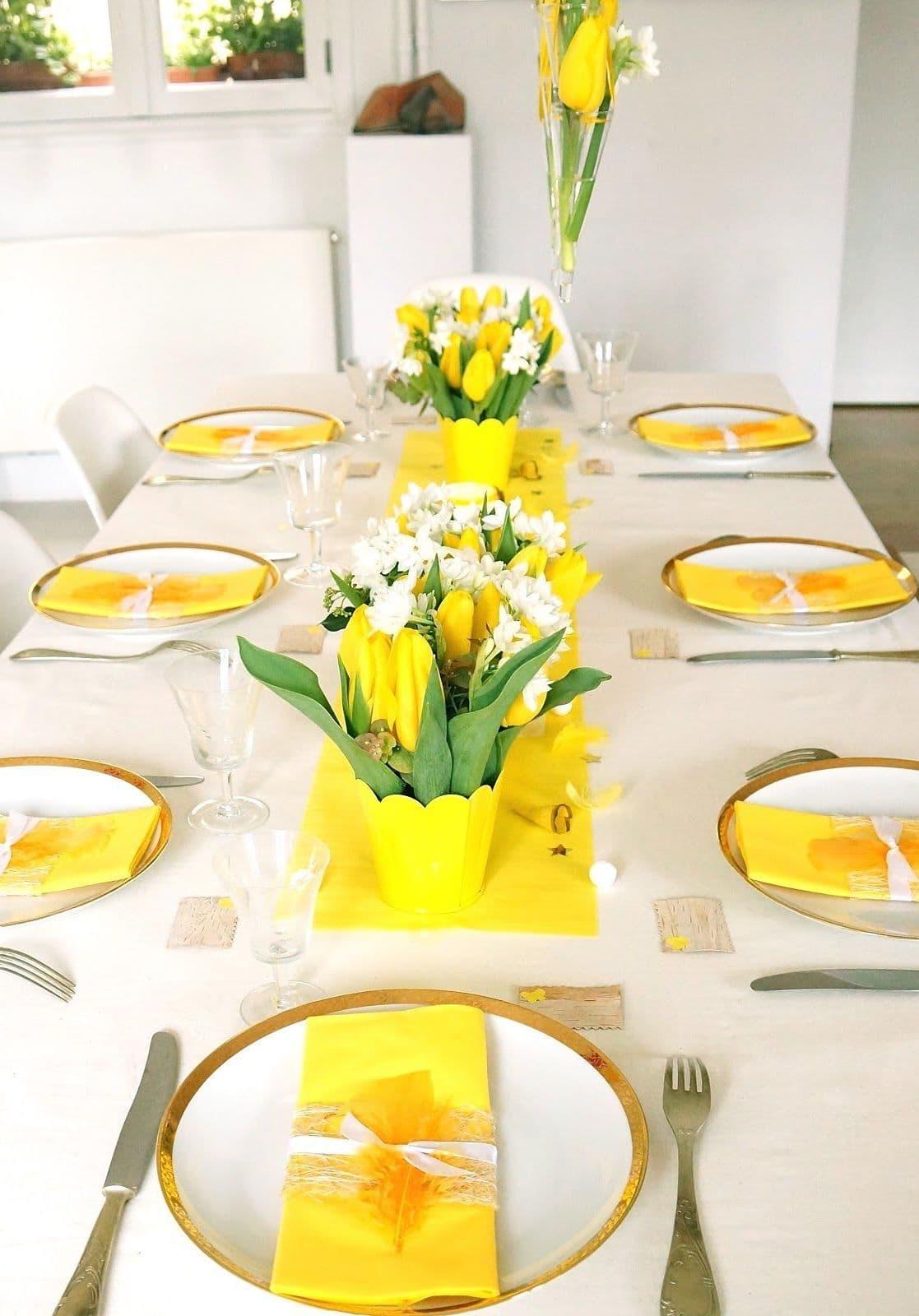 A sárga színű szalvéták és a tulipánok különleges hangulatot adnak az ünnepi asztalhoz