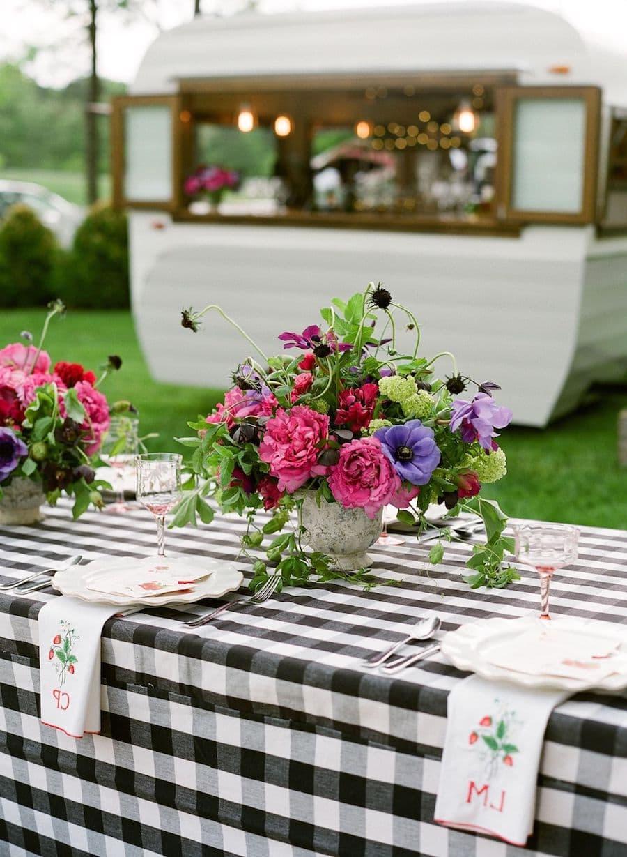 Горшок с живыми цветами – отличная идея для декора стола