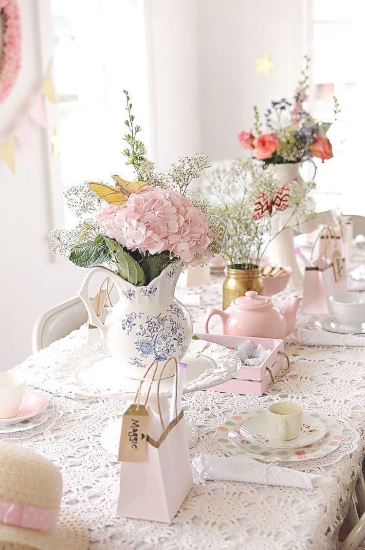 Роскошный и изящный декор стола в бело-розовом цвете