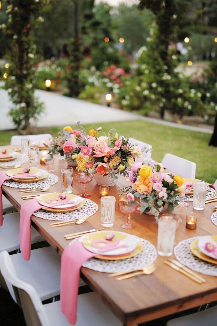 Ha az asztalterítőt nem használják az asztali dekorációban, gyönyörű dekoratív szalvétákat biztosítanak, hogy a lemezek alá kerüljenek