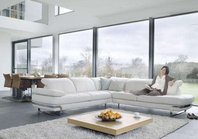 Белый угловой диван в интерьере
