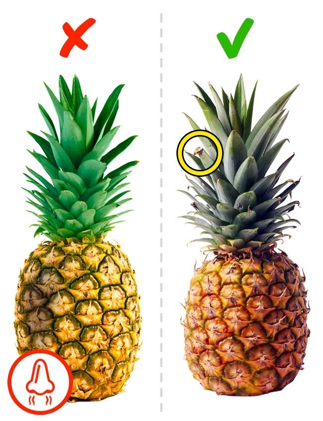 Buah-buahan yang rata, di sebelah kiri - nanas yang tidak layak, dia akan berpecah lagi.