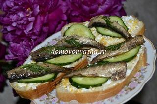 Бутерброды со шпротами яйцом и свежим огурцом с