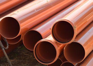 Prace hydrauliczne - poziomy kanalizacyjne wykonane przy użyciu pomarańczowych rur kanalizacyjnych