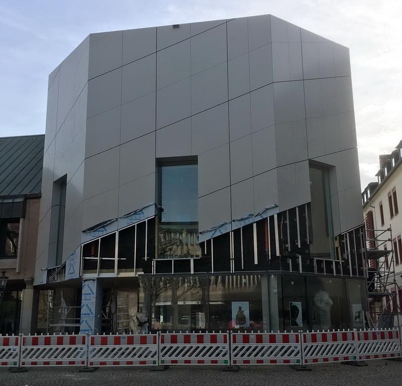 Der Domschatz Minden lässt seine Hüllen fallen. Mitte März wurde das Gerüst abgebaut, womit die Sicht auf die außergewöhnliche Fassade freigegeben ist. Foto: DVM/Hans-Jürgen Amtage