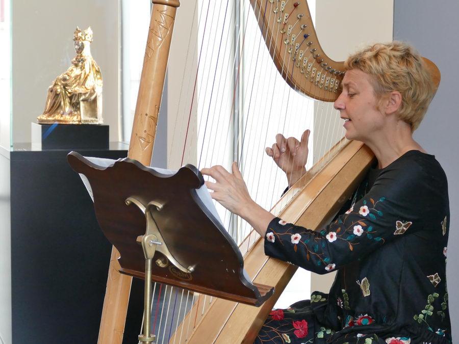 Die Mindener Harfenistin Gisela Posch begeisterte mit ihren Konzerten beim Internationalen Museumstag im Domschatz Minden. Foto: Hans-Jürgen Amtage/DVM #IMT18
