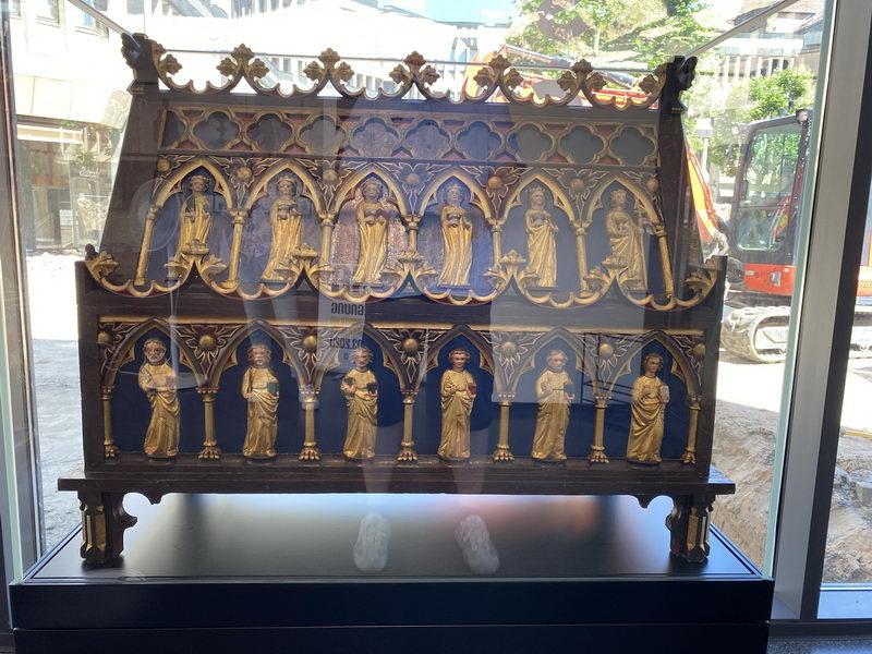 Der Domschatz Minden beherbergt eine der bedeutendsten Sammlungen christlicher Kunst in Deutschland. Darunter der Schildescher Schrein aus dem 14. Jahrhundert, der jetzt im Foyer der Schatzkammer ausgestellt ist. Foto: DVM/Amtage