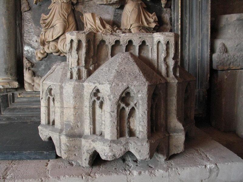 Der steinere Baldachin aus dem 13. Jahrhundert zierte einen Freipfeiler im Dom zu Minden. In Kürze wird er im Domschatz Minden ausgestellt. Foto: DVM/Amtage