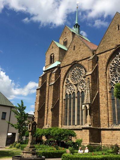 Die Südseite des Domes zu Minden zeigt die wunderbaren Maßwerkfenster. Foto: DVM/Amtage