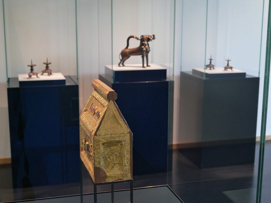 Der Petrischrein aus dem 11. Jahrhundert und der Gießlöwe, den Heinrich der Löwe 1168 als Geschenk mit nach Minden brachte laden gleich zu Beginn ein, die Ausstellung im Domschatz Minden zu entdecken. Foto: DVM