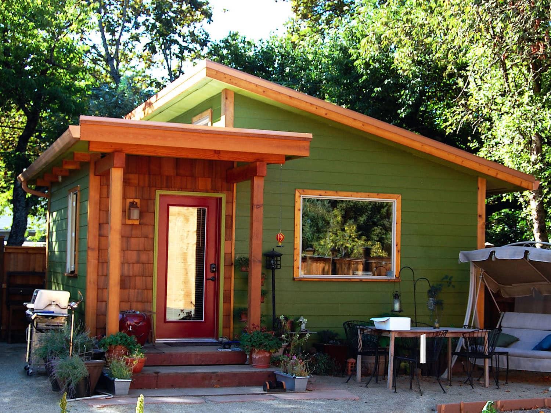 Lindo diseño de una casa de jardín en el estilo de minimalismo.